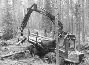 En ÖSA-skotare i arbete i skogen. Bilden är från 1984.