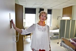 Nu öppnas dörren  till en ny, fräschare och mer hygienisk kirurgvård på Gävle sjukhus. Vårdenhetschef Elisabeth Wicklén visar stolt upp resultatet av ombyggnationen.