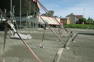120 spett slås ner en meter i backen, för att hålla tältet på plats.