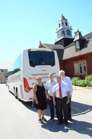 Köper annonsplatser på bussen. Kommunerna Lindesberg och Ljusnarsberg ska nu få sina kommunlogotyper på bussen. På bilden Irja Gustavsson (S), Ingemar Javinder (S), Per Nordin och Anders Andersson.
