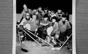 En av bilderna var från det här något legendariska hockeylaget som spelade i BT-serien. Längst upp till vänster står Hans Johansson. Foto: Johnny Fredborg