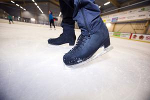 Taggar på skridskorna, snurrar och hopp – faktorer som ligger bakom uppfattningen att konståkare förstör isen.