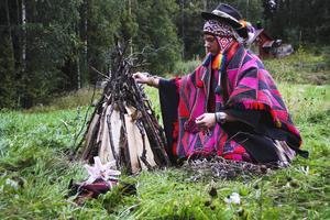Victor Forselius förbereder en eld som ska rena. Han för läkekonst från Peru till Hälsinglands skogar.