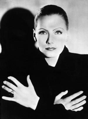 Greta Garbo håller fortfarande ställningarna. 18 år efter hennes död planeras det för inspelning av filmen om hennes liv.
