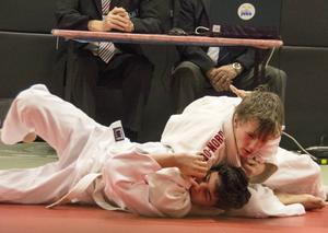 Hugo Save från Judo Sundsvall har precis vält omkull Adam Dabram från Uppsala.