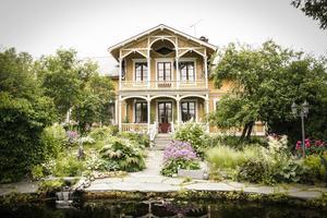 Riksdagsmannahuset, byggt 1880 av riksdagsmannen Per Olof Eriksson, i bakgrunden är kulturmärkt. När Wictoria och Peter Boije flyttade in var trädgården ett slagfält som tagits över av sly. I dag är den fylld av härliga växter.