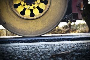 Just nu läggs ett så kallat AG-lager med asfalt som innebär att det läggs en grövre asfaltsmassa.