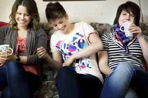 Kusiner i ur och skur. Det märks att Erika, Lina och Johanna känner varandra utan och innan. De skrattar, fnissar, pratar och drar skämt hela tiden.