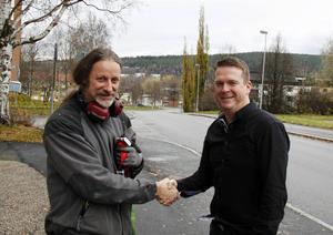 Krister Håkansson, ordförande i Vänsterpartiet och Björn Könberg, ordförande i Socialdemokraterna skakar hand på samarbetet mellan partierna.