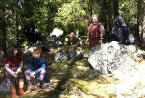 Norra berget har blivit Mattisskogen. Här viskar Ronja (Sofia Göransson) och Birk (Jonathan Norberg), övervakade av Mattis (Tony Könberg), vildvittran Christine Lundmark, grådvärgen Sandra Olsson och rumpnissen Lina Rammus.