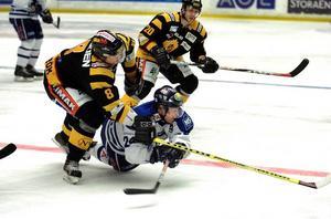 Nytt fall. Leksands Niko Mikkola hårt trängd av två Skellefteås Per-Anton Lundström och Daniel Welser. Skellefteå avbnn med 2–1 och det var Leksands andra förlust i kvalserien. Båda har kommit mot seriens elitserielag.