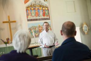Anders Norén, ordförande i Söderhamns konstförening, öppnar utställningen.