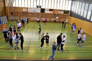 Obligatorisk närvaro. Det är inte så många nior på Kyrkbacksskolan men alla ska vara med på dansundervisningen.