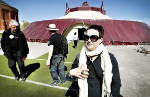Anna Thelin började planera för biennalen i augusti förra året. Tältet är ett kärt återseende, 1998 turnerade hon med föreställningen det gjordes till.