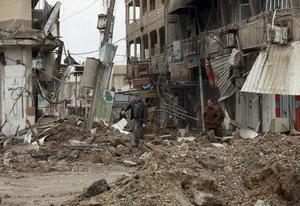 Här syns civila personer går runt i gränderna i de östra delarna av Mosul.