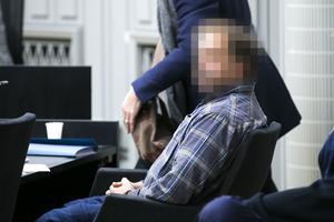 Den misstänkte mannen i 45-årsåldern på plats i Mora tingsrätt under rättegången.