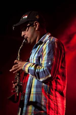 Sebastian Zeg George framför en instrumental version av Lionel Richies Penny lover. Det unika instrumentet är en blandning av saxofon och klarinett, som artisten byggt själv. Ingenting är omöjligt bara man använder sin fantasi, berättar Sebastian Zeg George.