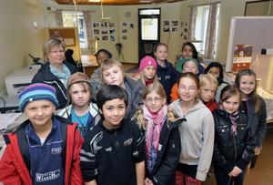 Klass Fyra a på Nyhedsskolan har bland annat studerat lokala artiklar i tidningar under tidningsveckan.