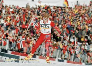 Björn Dähli , en av representanterna för det norska skidundret, på väg mot seger i herrarnas 15 km jaktstart vid skid-VM i Trondheim 1997.