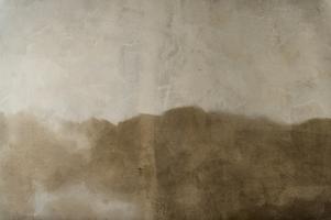 Före och efter. Hur smutsiga väggarna och taket i kyrkan var syntes först när rengöringen startade. En liten kvadrat av den solkiga väggen finns kvar för att tydliggöra skillnaden. Arkivfoto: Jonas Tetzlaff