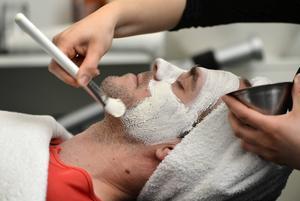 – Även män har hud i ansiktet, säger Linda Tollsten.