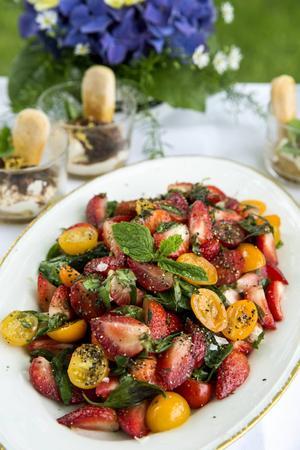 Tomat- och jordgubbssallad.
