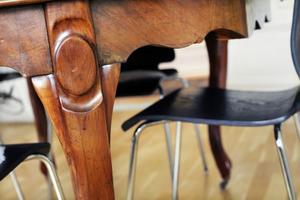 Olika stilar på bord och stolar.