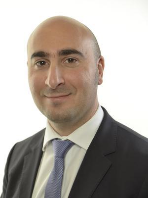 Emanuel Öz (S) är riksdagsledamot och har som advokat företrätt flera personer som utsatts för kränkande särbehandling  och mobbing i arbetslivet .