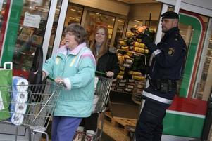Konsum i Norrsundet. Konsum i Norrsundet rånas av två män, 16 och 28 år gamla. De får med sig 850 kronor och diverse hårprodukter som senare hittades gömda i ett skogsparti.