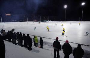 Den konstfrusna bandyplanen vid nya Östersund Arena.