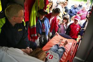 Spännande. Det var många som ville se hur ambulansbilen såg ut inuti. Ambulansföraren berättade att alla barn som åker ambulans får en nalle.