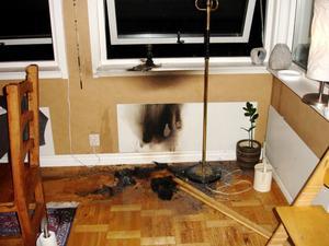 Så här såg det ut i vardagsrummet sedan Hampus lyckats släcka elden som orsakats av ett kvarglömt ljus.