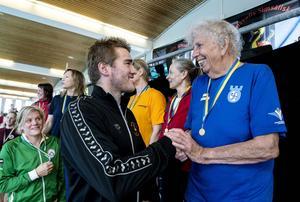 Johannes Skagius hade fullt upp som prisutdelare och här får Barbro Thörnelöf sitt pris efter segern i 50 meter bröstsim i klassen damer 85–89 år.