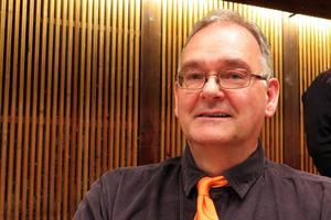Yngve Hamberg (C) framhöll från talarstolen att han tyckte att det var bra att det fanns två kandidater till oppositionsrådsposten.