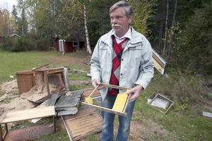 Björnen slog till när gårdsfolket var bortrest. Hans Lindstedt i Stocksbo visar sina sönderslagna bikupor.