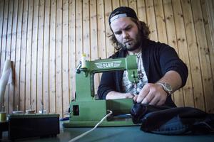 Jonathan Vikström har varit med i Brobergs tifogrupp i många år och tillverkat banderoller och flaggor.