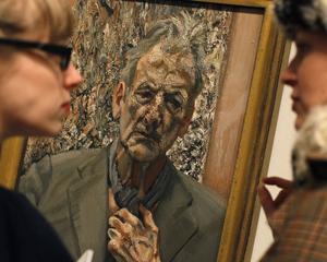 Två personer betraktar ett självporträtt av den brittiske konstnären Lucian Freud. Nyligen såldes en av hans målningar för drygt 196 miljoner kronor