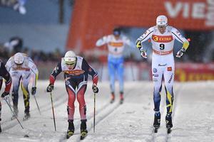 Calle Halfvarsson kom tvåa i världscupspremiären. Teodor Peterson slutade fyra.