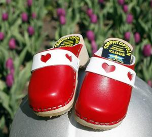 Jättegulliga barnträskor med vit rem och röda hjärtan.Finns på Walk On skobutiken, kommer ifrån Torpartoffeln, 149 kronor.