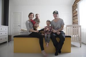 Sara, Einar, Majken och Jörgen trivs bra i det stora huset.
