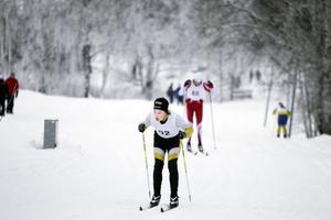 Klara Logård från Delsbo gick ut sist i D 16-klassens lopp över 7.4 kilometer och gick i mål som trea.