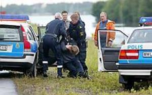 Foto: LASSE HALVARSSONMisslyckat rån. Pistolrånaren på Alderholmen greps omedelbart av tivoliarbetare som lämnade över honom till polisen.