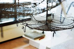 Kakfat och hängande korgar i spindelvävsteknik av Susanne Arnfridsson.