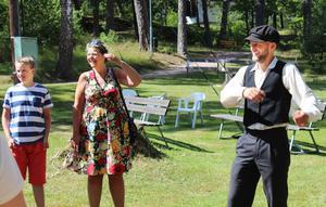 Love och Anna Frisell var med under den dramatiserade guideturen på Skantzen. Här syns också Elias Tejnung i rollen som slussonen Erik.