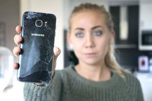 Matilda Erikssons Samsung-telefon exploderade i bitar i  hennes hand - men företaget vägrar ersätta henne för skadorna.