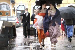 Caroline Ljungquist och Frida Olofsson på väg till studentbalen.