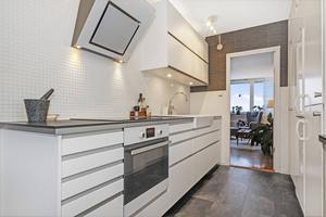 Trea i Haga. 995 000 är utgångspriset för tre rum och kök på Riddargatan i Haga. Lägenheten är på drygt 80 kvadratmeter. Avgiften ligger på 5 332 kronor i månaden.