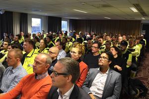 Hela personalen från Smålandsvillan samlades för att höra om företagets utvecklingsplaner. Närmast på andra raden sitter också Obos norske koncernchef Daniel Siraj.