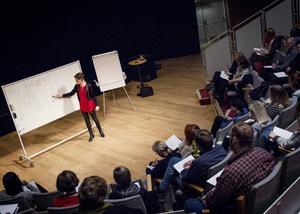 Ett 40-tal besökte Gudrun Schymans föreläsning på Kulturhuset i Hudiksvall under torsdagkvällen.