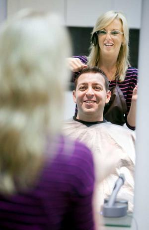 STEG 1 – FRISYREN. Roger Haddad är kortklippt men vi bestämmer oss för att ta honom till frisören för att få lite ordning på frisyren.Hos Camilla Wahldin på Barbie & Ken får han ligga i en massagestol medan håret tvättas och sedan är det dags för saxen.